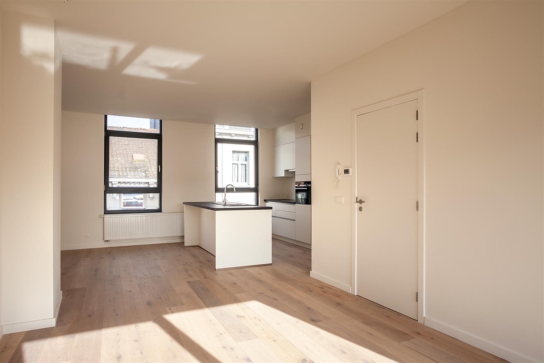 Gerenoveerd 2-slaapkamer appartement met terras.